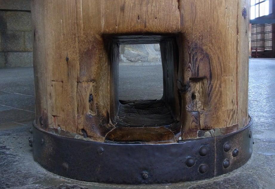 東大寺・大仏殿の柱の穴くぐり?柱の穴をくぐり抜けるだけで、こんなご利益!!