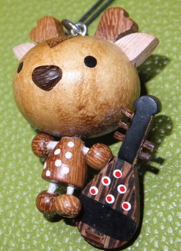 第4位.木製ストラップ「五弦琵琶を持つ鹿」